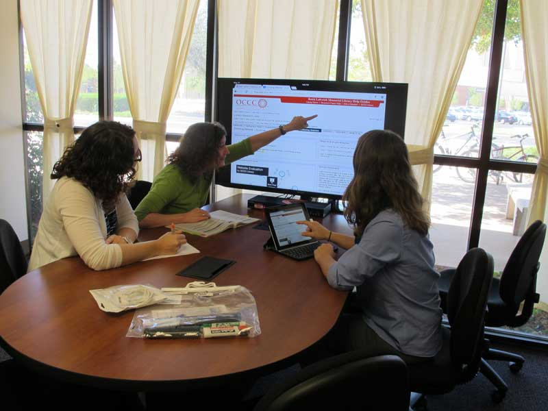Students use genius board in library collaboration room.